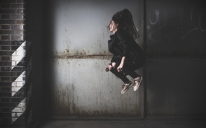 ジャンプする女性.jpg