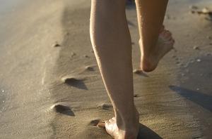 ビーチを歩く足.jpg