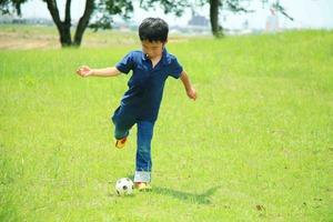 ボールを蹴る子same.jpg