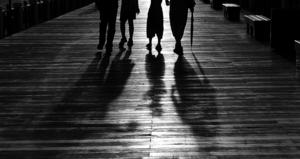 歩く人々の足と影.jpg
